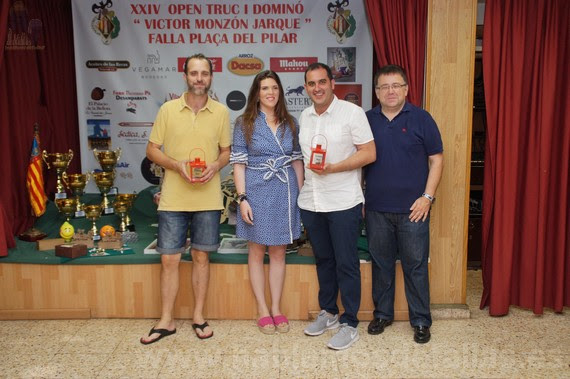 """Entrega de trofeos. Open de truc y dominó """"Victor Monzón"""". Falla Plaza del Pilar."""
