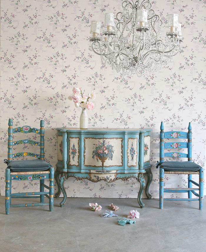 Salah satu sudut ruangan di hunian milik Rachel Ashwell yang menggunakan wallpaper - source: ecopetit.cat