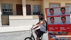 Cristian Vique pedaleando con el lema del PSOE por El Ejido.