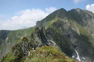 Photo: Privind inapoi se vede creasta pe care am venit. In spate Capra si Vanatoarea lui Buteanu.