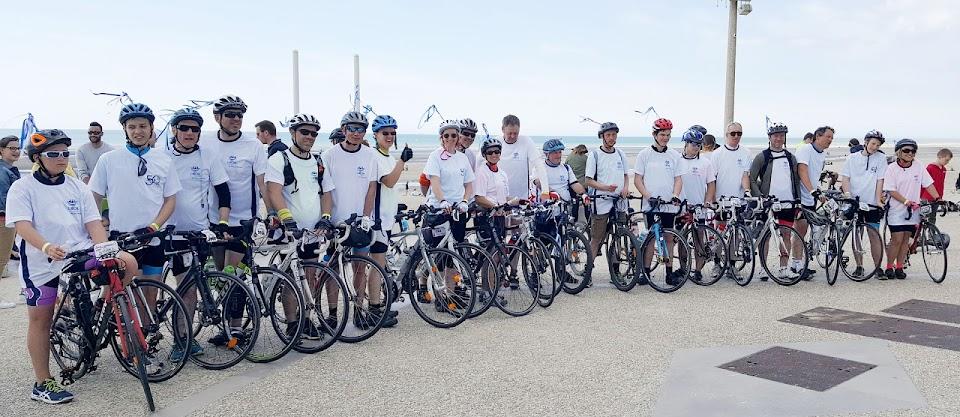 Arrivée des cyclistes à la ligne d'arrivée du rallye cyclo Lille-Hardelot.