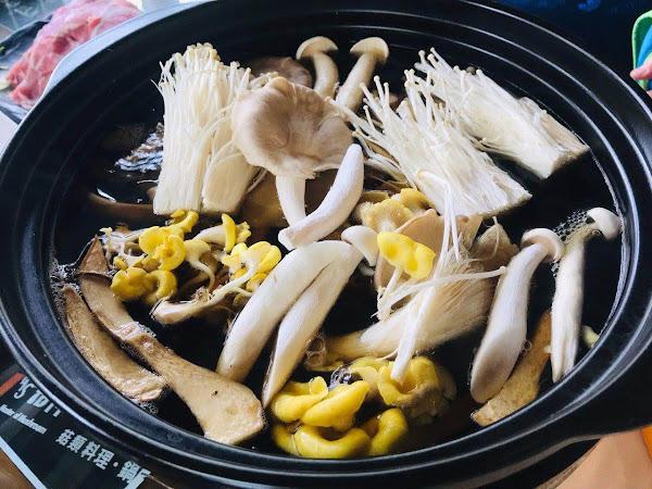 菇神 台中新社必吃滿滿菇類的火鍋景觀餐廳,綜合多種菇類熬出健康又美味的養生湯頭