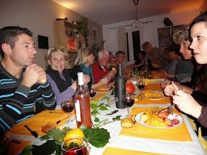 Photo: Et le plat principal : dinde avec farce, sauce aux airelles et maïs. De gauche à droite : Thierry, Carol, Brigitte, Gilles, Anne Marie, Michel, Pascale, Cathy, Henri, Brigitte, Marie-Jo, Nathalie.