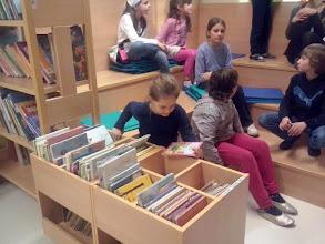 Photo: Večer v knjižnici - v šolski knjižnici OŠ Jožeta Krajca Rakek. (Foto Patricia Verbič)