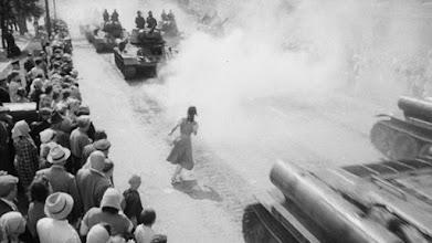 """Photo: O final do plano-sequência que se inicia dentro do ônibus em""""Quando voam as cegonhas"""": Tatyana Samoylova se mistura com os tanques enquanto a câmera, após persegui-la pelas ruas, sobe para enquadrá-la de cima para baixo."""