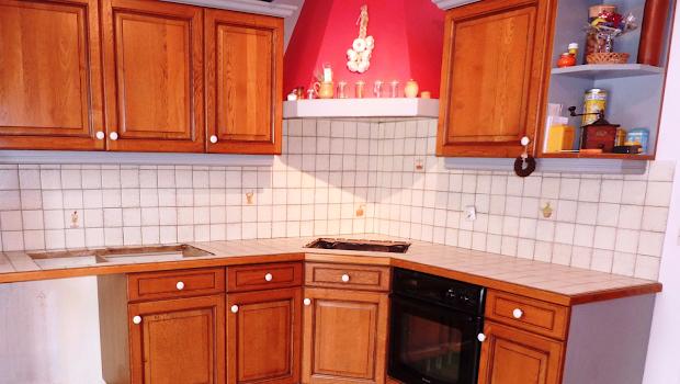 rénovation cuisine ancien carrelage avec béton ciré par Les Bétons de Clara spécialiste du béton ciré