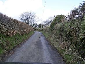 Photo: Częsty typ dróg w UK: wąskie, brak rowów, brak widoczności.
