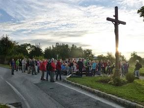 Photo: Beim Wegkreuz vor Leitzersdorf ist die erste Station. Eine schöne, große Gruppe von mehr als 130 Pilgerinnen und Pilgern