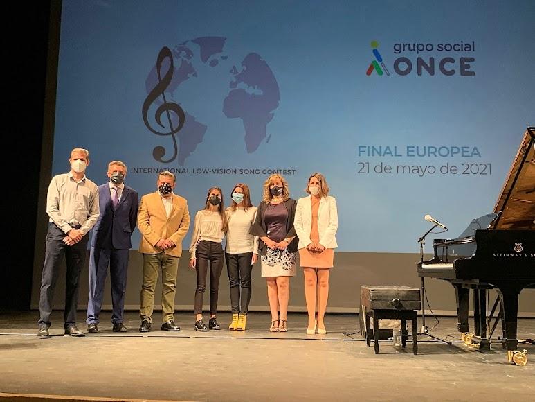 Representantes de la ONCE, el concejal de Cultura y Laura Diepstraten con sus padres.