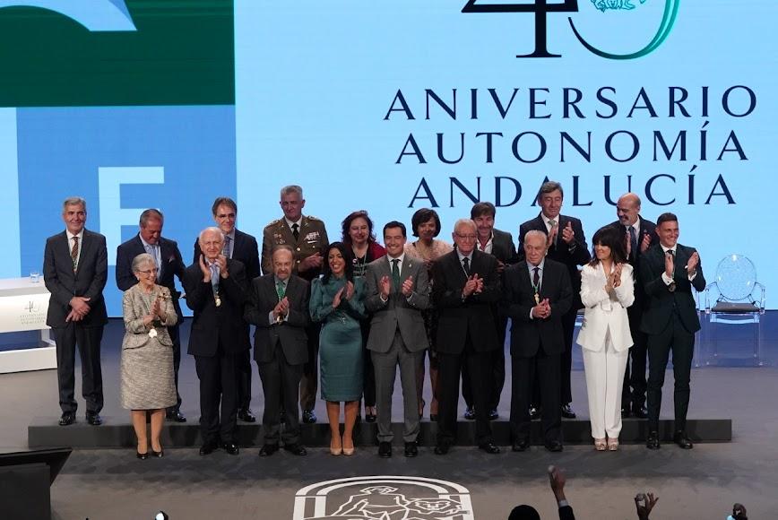 Foto de familia de todos los galardonados.