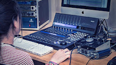 Joven en prácticas en el estudio de la Escuela de Imagen y Sonido de Almería.