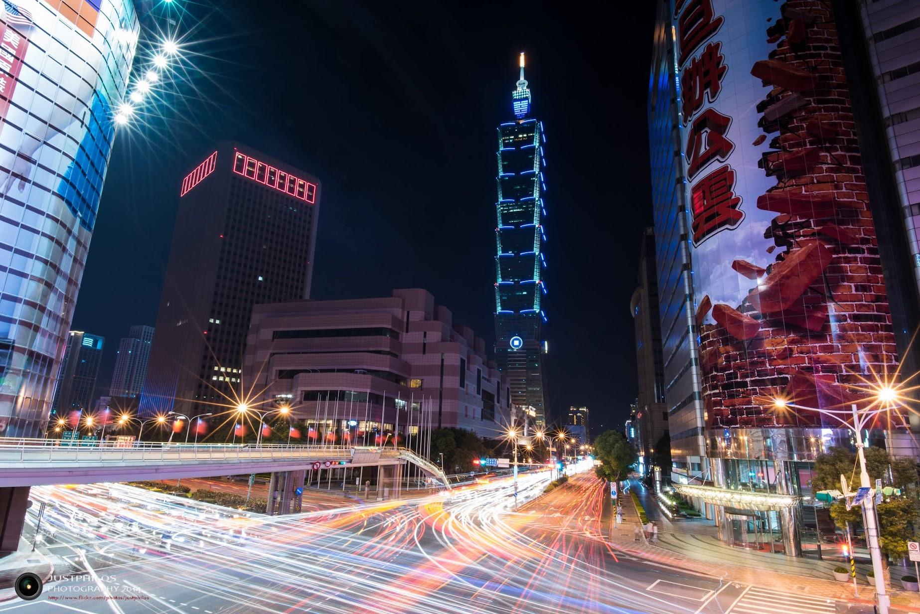 台北信義區天橋也是許多攝影人喜歡的夜景拍攝地點。
