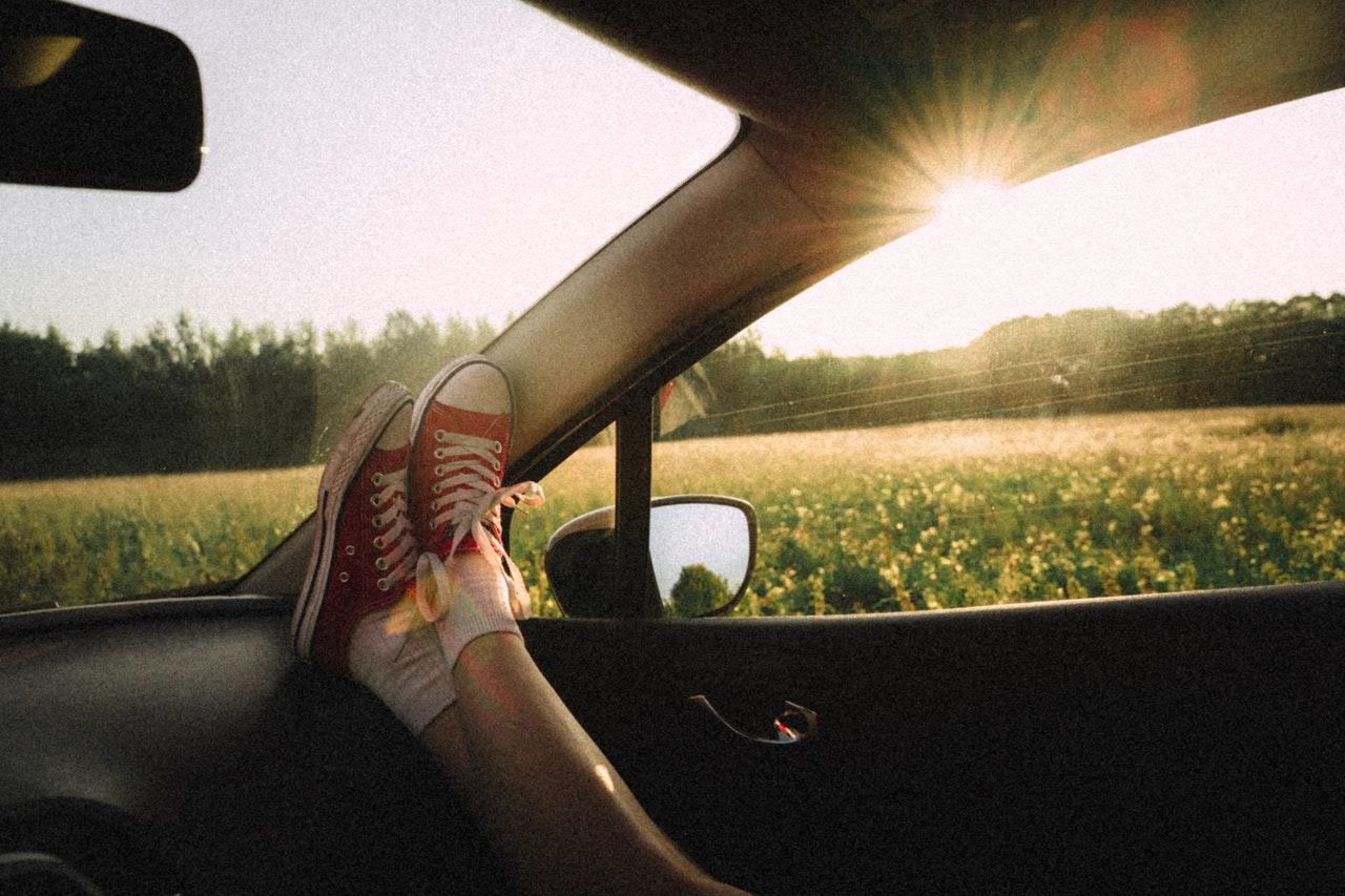 Você conseguiria se colocar no lugar do outro que colocasse os pés em todos os lugares do carro?