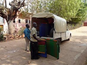 Photo: chargement pour l'orphelinat de Klouékanmé où nous nous rendrons dans 2 jours