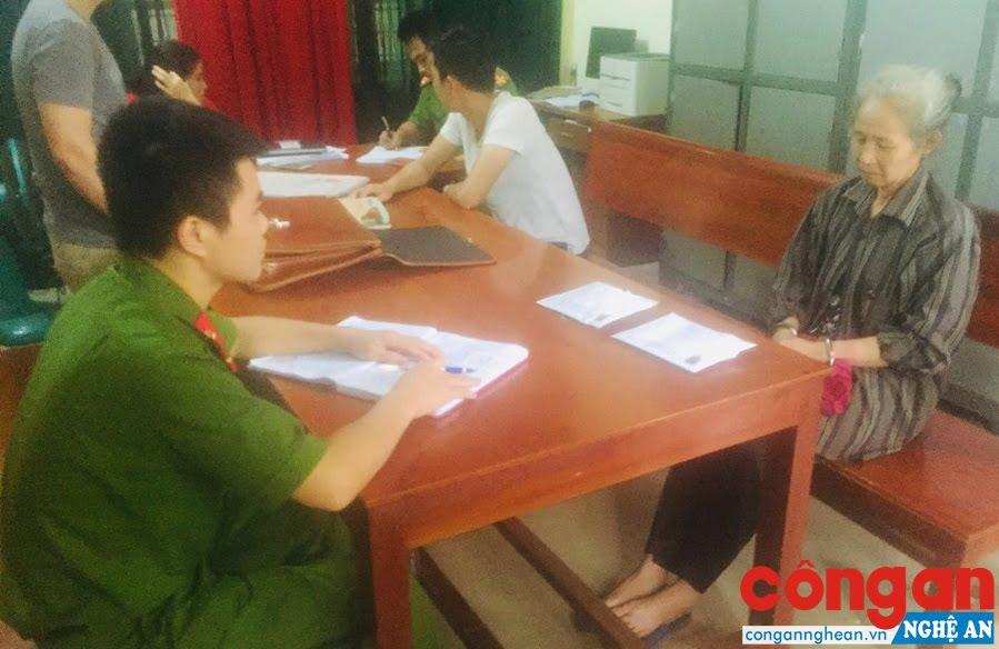 Cán bộ Công an huyện Đô Lương lấy lời khai đối tượng tàng trữ ma túy bị bắt giữ trong đợt cao điểm