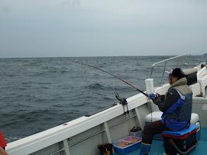 """Photo: めちゃくちゃ二日酔いの""""ワタナベさん""""。 船酔いも合わせています。 ・・・すごく無口です。静かです。何回も""""まきえ""""しています。 魚はヒットしているみたいです。"""
