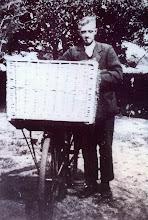 Photo: Jan Rozenveld, bakker te Eexterzandvoort. In 1933 ventte Jan met de fiets in de omliggende dorpen, later met de auto