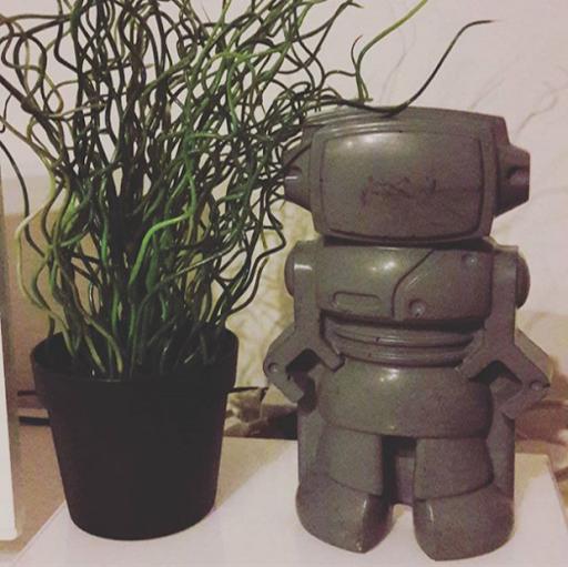 Figurine robot gris foncé