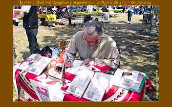 Photo: Michel Isard dédicaçant un de ses livres sur la Provence.
