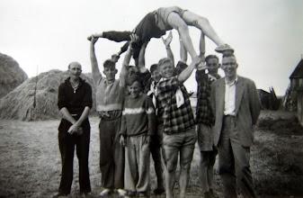 Photo: JB kamp Ameland 1957 v.l.n.r. Hendrik Scheper, Roelof Vedder, Hendrik-Jan Homan, Hendrik Witting, Willem Homan? Hendrik Hadderingh Thalezn. en dominee Hollander uit Anloo En wie hier zo lenig is, geen idee
