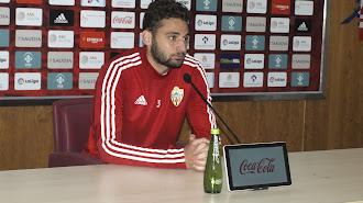 Iván Martos atendiendo a los medios en el Estadio.