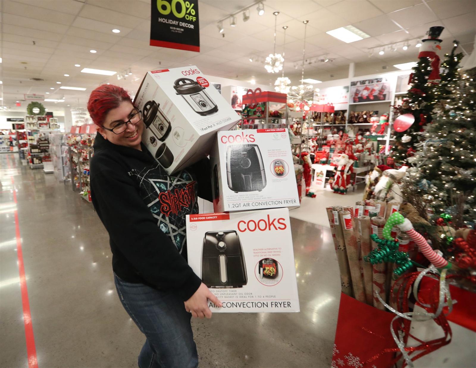 Mulher fazendo compras de eletrodomésticos durante a Black Friday em Orlando.