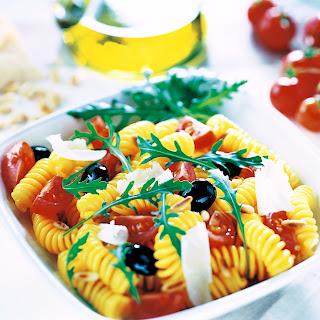 Nudelsalat mit Tomate und Rucola