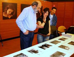 Photo: Paolo CARTAGINE legge il portfolio di Francesca CRISTIN