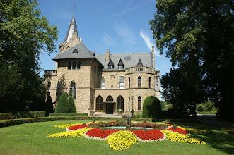 Photo: : Schloss in der Barbarossastraße, Sinzig, Rheinland-Pfalz 2010 Quelle:  Doris Antony Wikipedia GNU-Lizenz