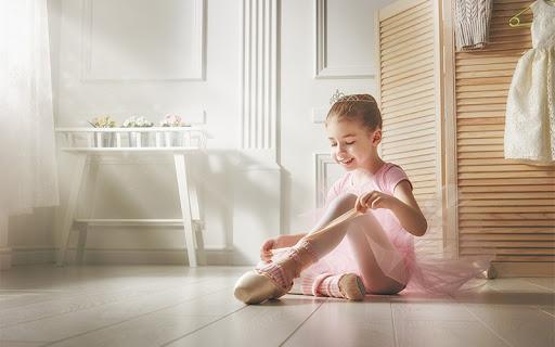 5 conseils pour préparer la rentrée en toute sérénité - petite fille habillée en danseuse classique enfile ses chaussons de danse