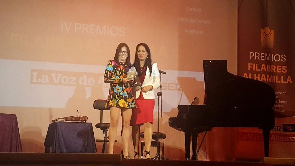 María Dolores Andújar, fundadora de Altea, recogiendo el premio Sociedad.