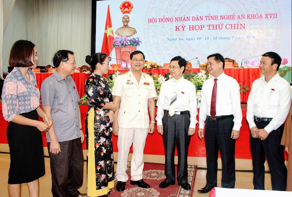 Các đại biểu trao đổi bên lề Kỳ họp thứ 9 HĐND tỉnh Nghệ An khóa XVII