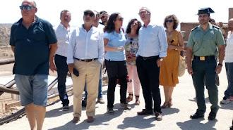 El ministro recibe explicaciones a las puertas de la mina de la geoda de Pulpí.
