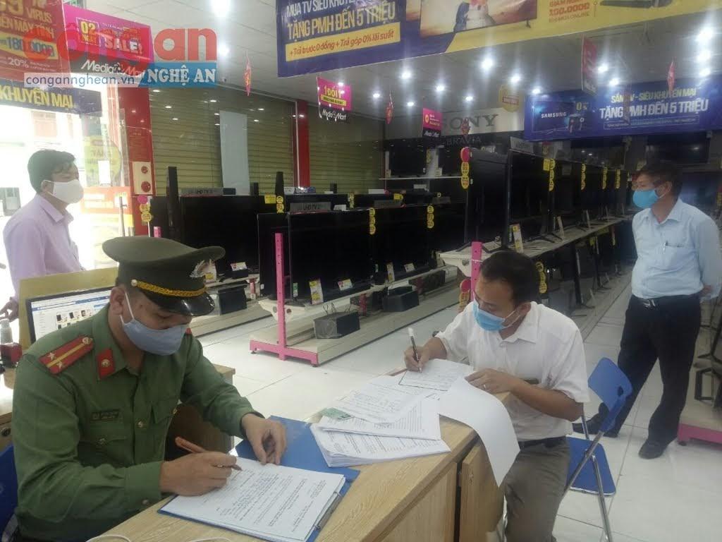 Công an lập biên bản xử phạt đối với anh N.V.C ở xóm Nam Bắc Sơn, thị trấn Nam Đàn.