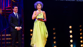 Abril recoge en la gala de clausura el premio 'Almería, Tierra de cine'.