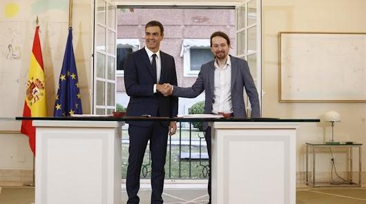 Imagen de archivo de Sánchez e Iglesias tras firmar en la Moncloa un acuerdo para los Presupuestos.