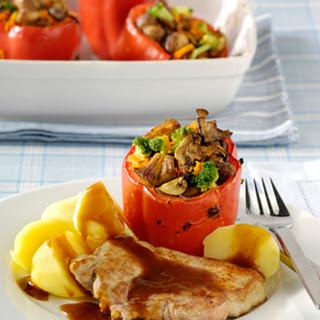 Varkensfiletlapjes Met Gevulde Paprika's En Gekookte Aardappels