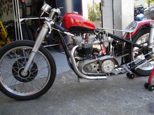 Vue latérale d'une Triumph Dragster créé dans les ateliers de Machines et Moteurs, spécialiste de la restauration de machines anglaises