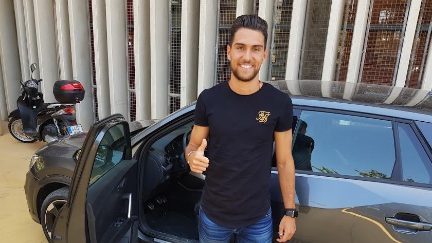 Juan Ibiza nada más firmar su nuevo contrato.