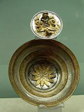 Photo: Silver offering dish from the hoard found under the house of Eupolemos in Morgantina, 3rd century BC .......... Zilveren offerschaal uit de zilverschat die begraven was onder het huis van Euopolemos in Morgantina, 3de eeuw v.C.
