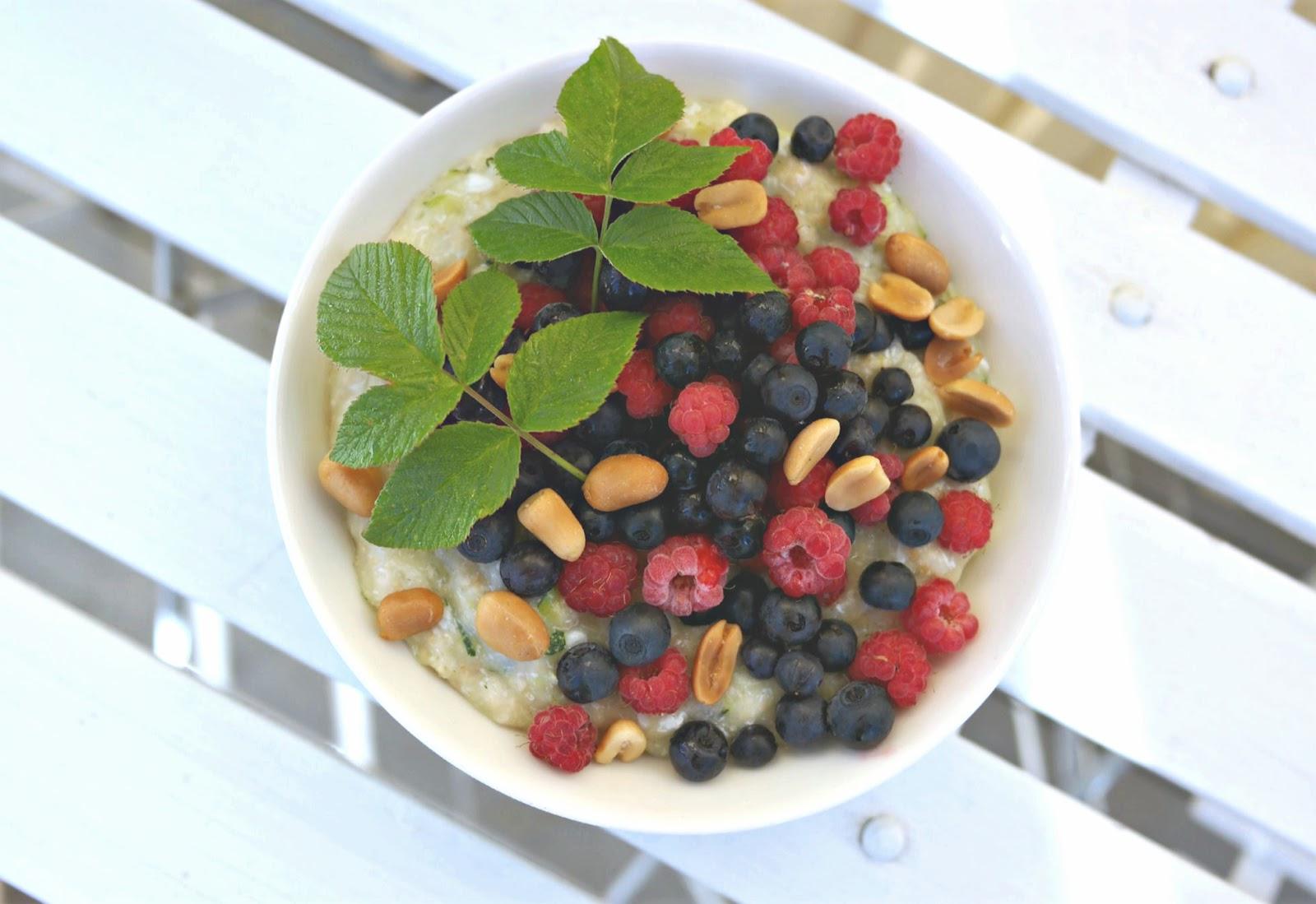 Kesäkurpitsapuuron voi maustaa ja koristella marjoilla ja pähkinöillä.