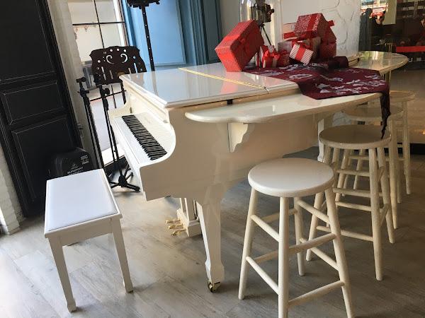 餐廳裡的Kohler&Campbell白色鋼琴很夢幻,餐點好吃且抹茶歐蕾拉花很美。