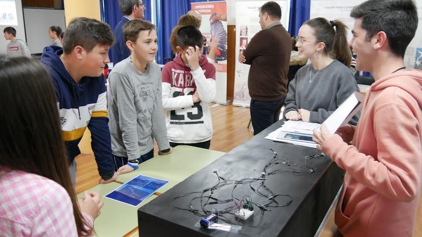 Los alumnos aprenden sobre astronomía en una de las diferentes exposiciones que hay por todo el centro.