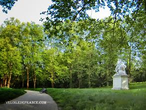 Photo: La statue de Louis XIV à la Pièce d'Eau des Suisses à Versailles - e-guide balade à vélo dans Versailles et son parc par veloiledefrance.com