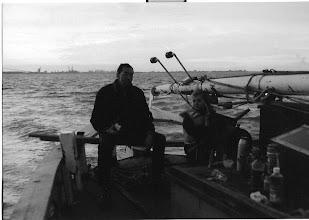 Photo: Op weg naar Ditzum; ontmast, gat in het achterschip, maar met een stoere roerganger