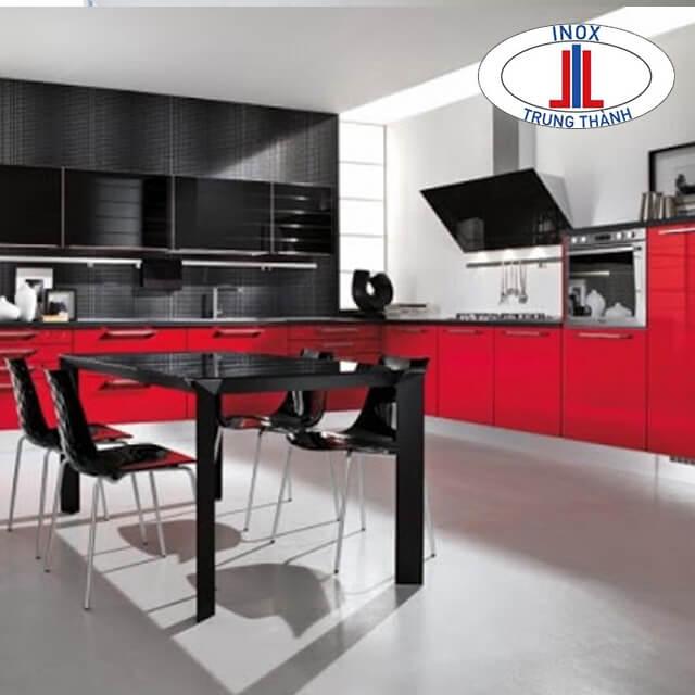 Thiết kế tủ bếp góc với tông màu đen - đỏ
