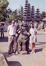 Photo: Menchu y yo en un templo hinduista de Bali en nuestra Luna de Miel (octubre de 1990)