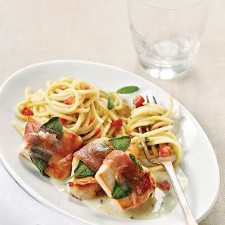 Saltimbocca von der Hühnerbrust mit Tomaten-Spaghetti