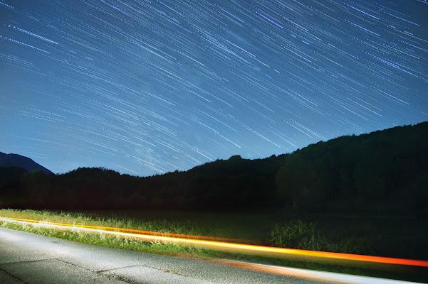 Scie di luce sotto le scie delle stelle di DavideFrandiPhotography