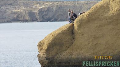 Photo: Fiskare på äventyr! Tänk om de ramlar ner. Inte har de mycket att stå på